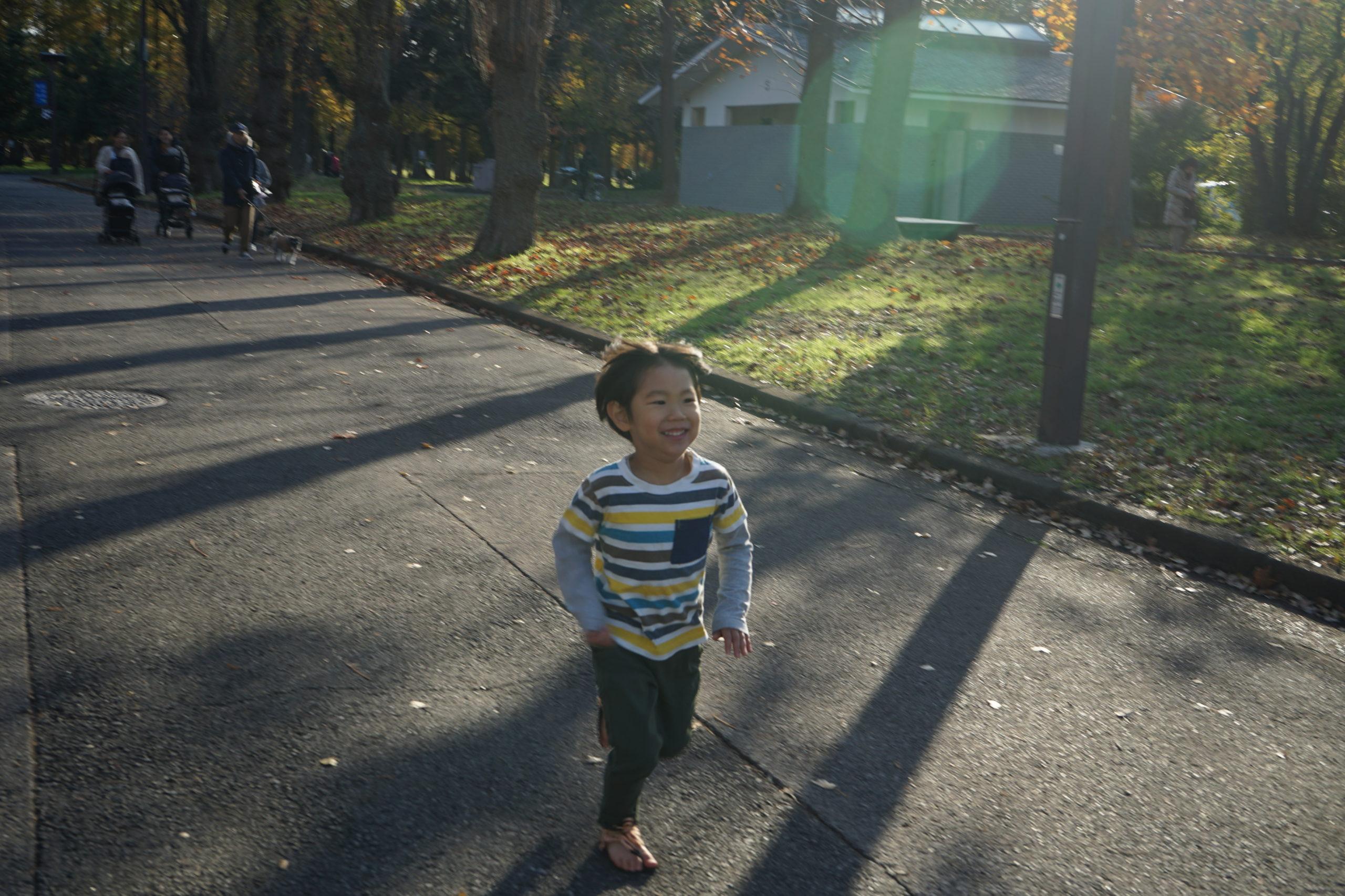 ワラーチで走る子供